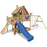 WICKEY Spielturm Smart Trip - Klettergerüst mit Stelzenhaus, massivem Holzdach, Schaukel, Kletterleiter, Sandkasten und blauer Wellenrutsche - 1