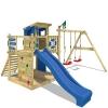 WICKEY Stelzenhaus Smart Camp Holzspielhaus Spielturm Kletterturm mit schrägem Holzdach Doppelschaukel Sandkasten Kletterwand, blaue Plane + blaue Rutsche -
