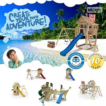 WICKEY Stelzenhaus Smart Resort Spielturm Kletterturm mit Schaukel Holzdach Kletterleiter Spielhaus, blaue Rutsche + rot-blaue Plane -